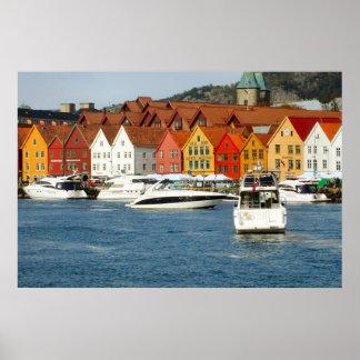 ノルウェー、ベルゲンの水辺地帯の色彩の鮮やかな家 ポスター