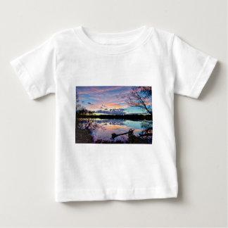 ノースカロライナのカトーバ族の川上の日没 ベビーTシャツ
