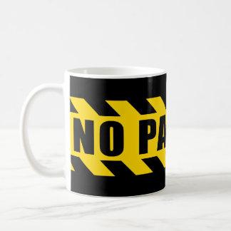 ノーパーキングの警察はテープ黒い黄色のストライプを危険にさらします コーヒーマグカップ