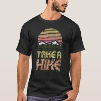ハイキングの自然恋人にグラフィックのTシャツを取って下さい Tシャツ