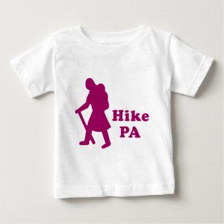 ハイキングPAの女の子-暗いピンク ベビーTシャツ