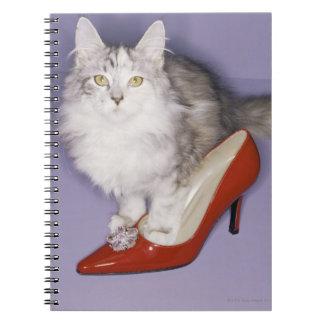 ハイヒールに歩んでいる猫 ノートブック