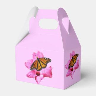ハイビスカスの花で休んでいるマダラチョウ フェイバーボックス