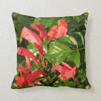 ハチドリのつる植物の枕 クッション