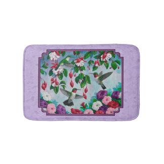 ハチドリのピンクの明るい赤紫色によってはラベンダーが開花します バスマット