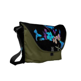ハチドリの花柄のメッセンジャーバッグ メッセンジャーバッグ