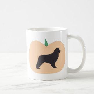 ハッピーハローウィンのカボチャニューファウンドランド コーヒーマグカップ