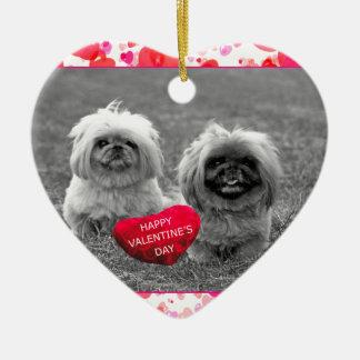 ハッピーバレンタインデーを望んでいるPekingeseの子犬 セラミックオーナメント