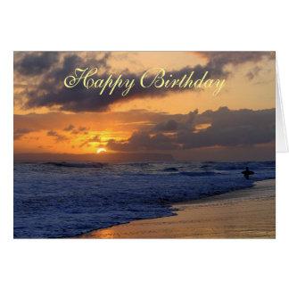 ハッピーバースデー、サーファーのカウアイ島のビーチの日没 グリーティングカード