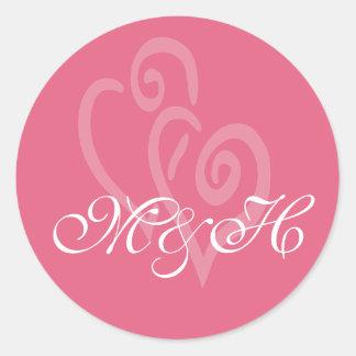 ハニーサックルのピンクのイニシャルのハートの結婚式用シール ラウンドシール