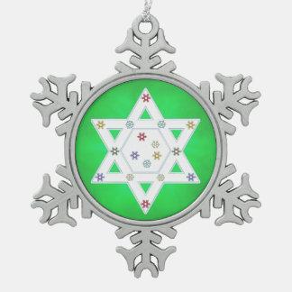 ハヌカーの星および雪片の緑 スノーフレークピューターオーナメント
