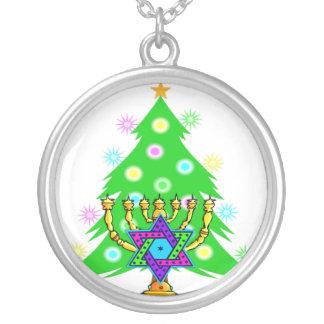 ハヌカーの(ユダヤ教)メノラーおよびクリスマスツリー シルバープレートネックレス