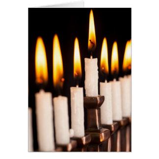 ハヌカーの(ユダヤ教)メノラーの燃焼白はハヌカー(ユダヤ教の祭り)の良否を明りにすかして調べます カード