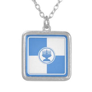 ハヌカーの(ユダヤ教)メノラーのColorblockの青および白 シルバープレートネックレス