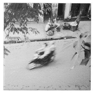 ハノイベトナムの古いハノイのモーターバイク 正方形タイル大