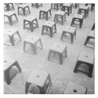 ハノイベトナムの寺院のプラスチック腰掛けの 正方形タイル大