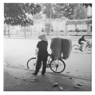 ハノイベトナムのBicyle配達女性(NR) 正方形タイル大