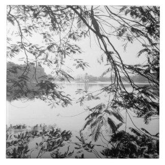 ハノイベトナムのHoan Kiem湖の眺め タイル