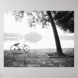 ハノイベトナム、自転車及び湾のMau湖のレーニン公園 ポスター
