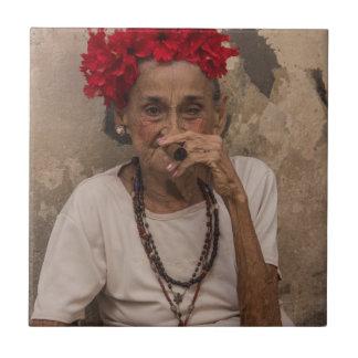 ハバナの老婦人の喫煙のキューバのシガー タイル