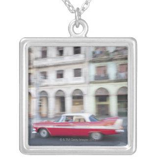 ハバナ、キューバの巡航する古い車通り シルバープレートネックレス