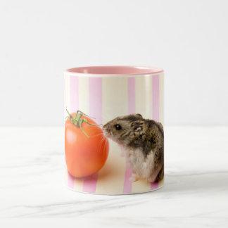 ハムスターおよびトマト ツートーンマグカップ