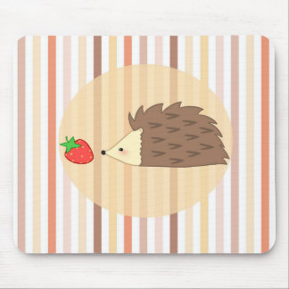 ハリネズミおよびいちご マウスパッド