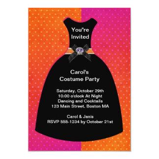 ハロウィンのスカルの服の招待状のテンプレート カード