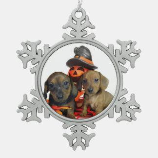 ハロウィンのダックスフントの子犬 スノーフレークピューターオーナメント