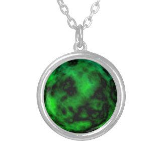 ハロウィンのファンキーなネオン緑のエメラルドの抽象芸術 シルバープレートネックレス