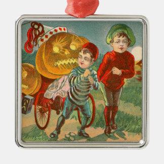 ハロウィーンのカボチャのちょうちんのカボチャ満月を遊んでいる子供 メタルオーナメント