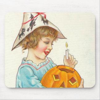 ハロウィーンのカボチャのちょうちんをつけているかわいい小さな女の子 マウスパッド