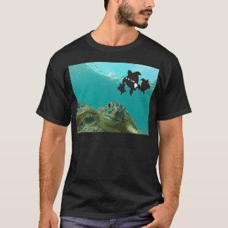 ハワイの緑のウミガメ Tシャツ