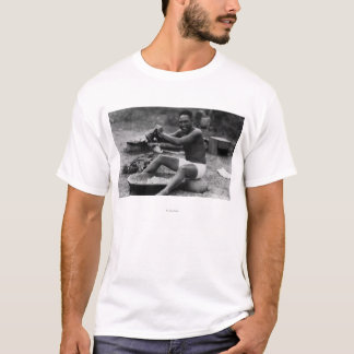ハワイ- Poiを作る人のパウンディングのタロイモ Tシャツ