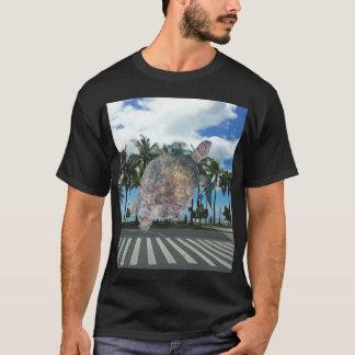 ハワイWaikikiのビーチのカメ Tシャツ