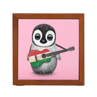 ハンガリーの旗のギターのピンクを遊んでいる赤ん坊のペンギン ペンスタンド