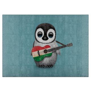 ハンガリーの旗のギターの青を遊んでいる赤ん坊のペンギン カッティングボード
