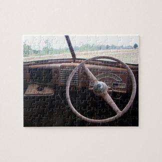 ハンドルを持つ錆ついた古い車の大破のインテリア、 ジグソーパズル