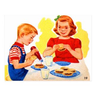ハンバーガーのハンバーガーを食べているレトロのヴィンテージの低俗な子供 ポストカード
