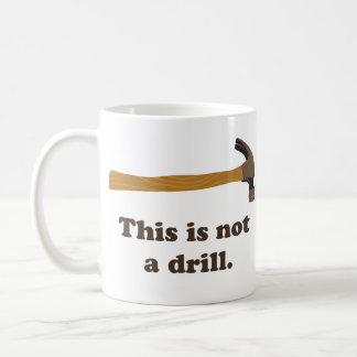 ハンマー-これはドリルではないです コーヒーマグカップ