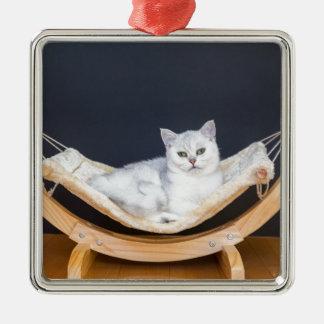 ハンモックで不精な白い猫のあること メタルオーナメント