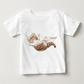 ハンモックのかわいい子ネコ ベビーTシャツ