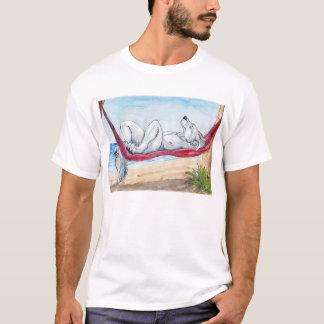 ハンモックの夏を楽しんでいる白いanthroのオオカミ tシャツ