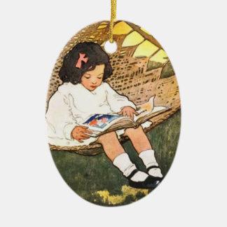 ハンモックの小さな女の子の読書 セラミックオーナメント