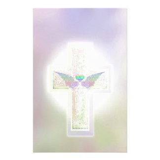 ハートおよび天使の翼が付いているパステル調の十字 便箋