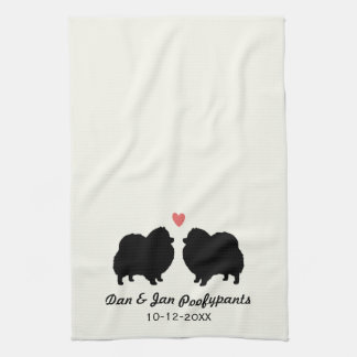 ハートおよび文字が付いている黒いポメラニア犬のシルエット キッチンタオル