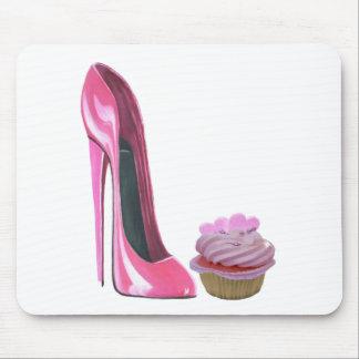 ハートが付いているピンクの小剣の靴そしてピンクのカップケーキ マウスパッド