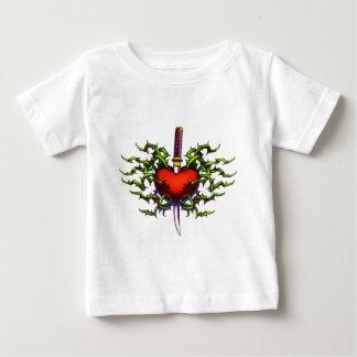 ハートで刺される ベビーTシャツ
