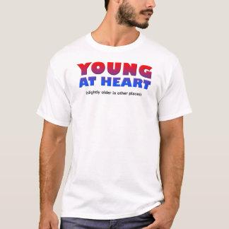 ハートのおもしろTシャツの若者 Tシャツ