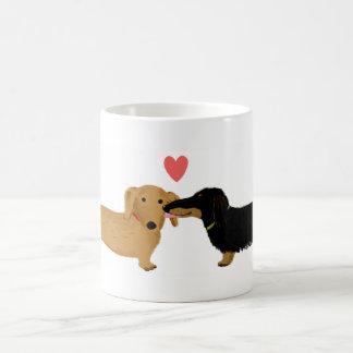 ハートのダックスフントのキス コーヒーマグカップ